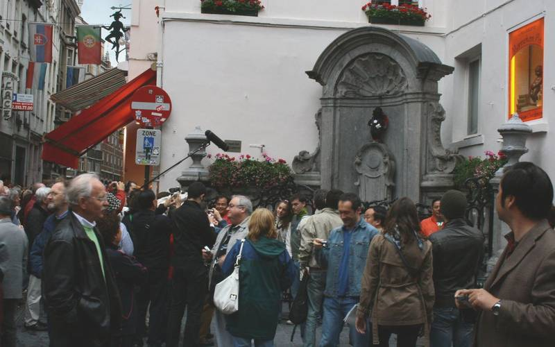 The crowd in front of the Manneken Pis