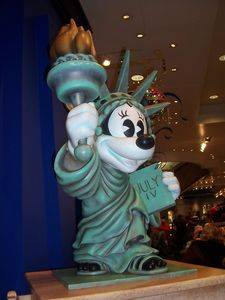 Minnie and the statue of Liberty