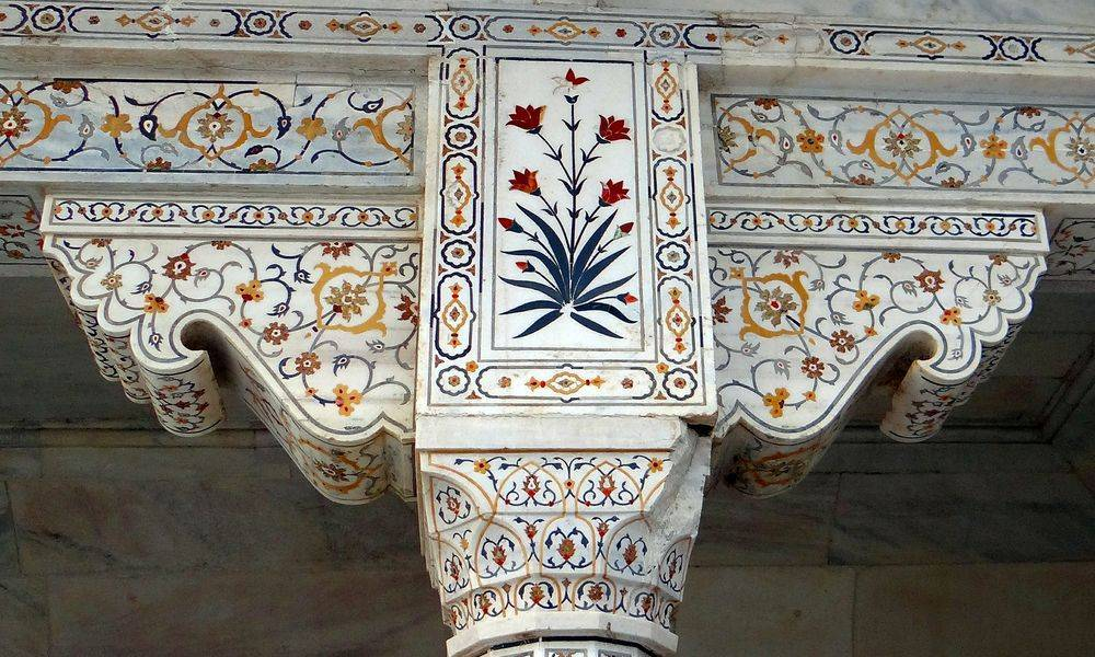 Inlays in a pillar