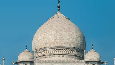 The bulbous dome of Taj Mahal
